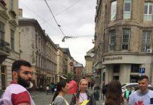 Люди Тимошенко у центрі Львова роздавали вафлі