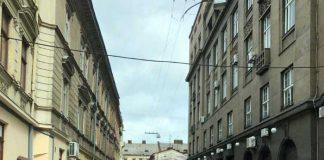 У Львові ремонтують провалля