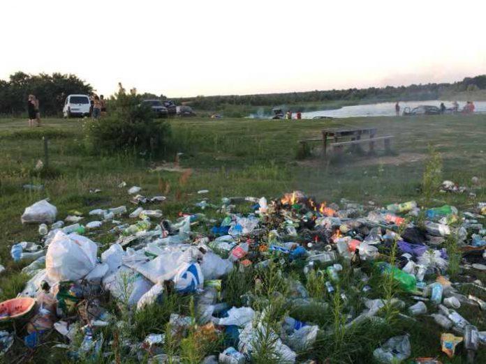 сміття біля Яворівського озера