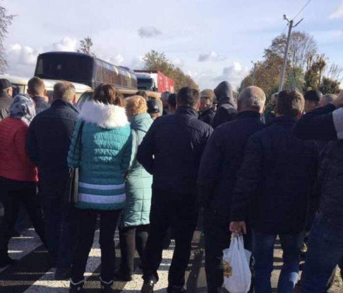На Львівщині перекрили рух транспорту. Фото Варта-1