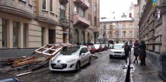 У Львові риштування впало на автомобіль. Фото Варта-1