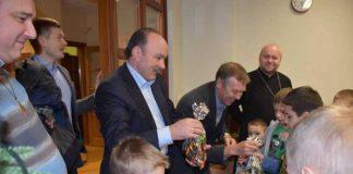 Напередодні Різдва представники трьох партій роздавали подарунки на Львівщині. Фото Батьківщина Львівщини у Фейсбуці