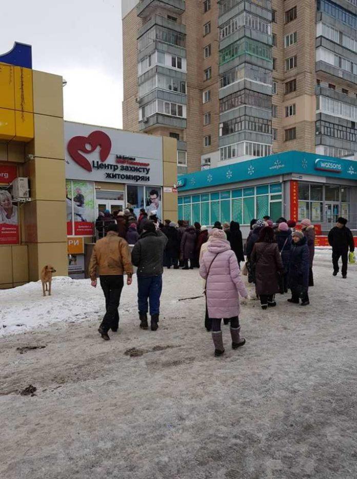 Тимошенко роздає гречку. Фото Михайло Куцик