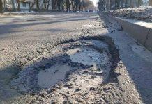"""Він уже """"наступний"""": як водій зіпсував автомобіль на жахливій дорозі у Львові . Фото Тарас Гупало"""