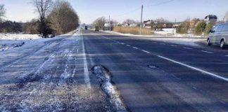 Водіїв Львівщини закликають повідомляти про ями на дорогах