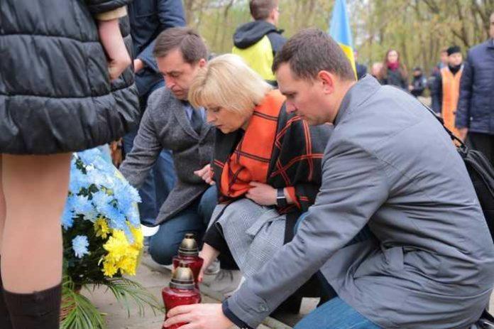 Присутні поклали квіти та лампадки до пам'ятного хреста на місці колишнього концентраційного табору