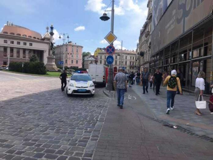 У Львові камінь поранив жінку. Фото Варта-1