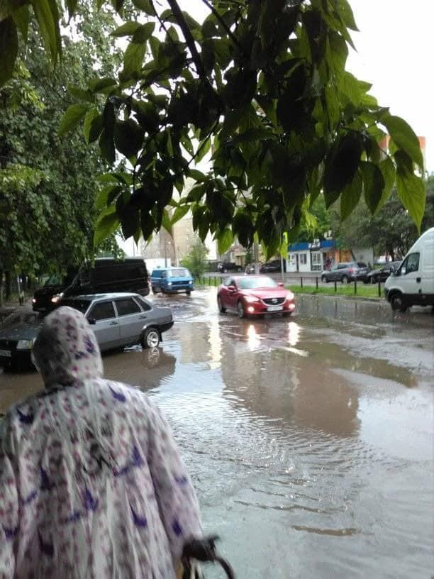 Як у Львові затоплює вулиці міста
