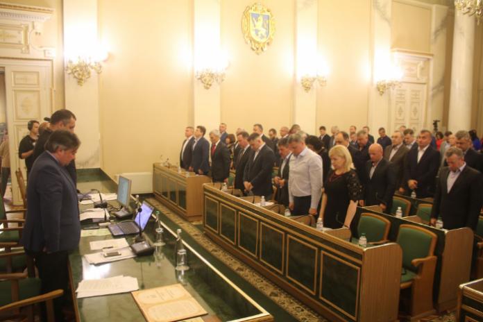 Депутати хвилиною мовчання вшанували пам'ять загиблих воїнів на сході України. Фото прес-служба Львівської обласної ради