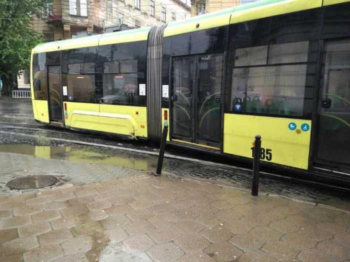 У Львові трамвай зійшов з рейок. Фото ГО