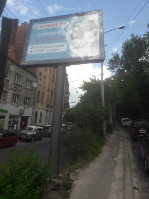 У Львові на вулиці Шота Руставелі перекрили вулицю через аварійний білборд