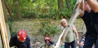 З'явились фото із місця падіння бетонної плити у Львові, де загинув чоловік. Фото ДСНС Львівщини