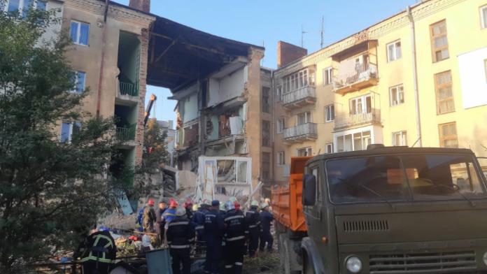 У Дрогобичі тривають пошуково-рятувальні роботи на місці руйнування під'їзду в чотириповерховому житловому будинку