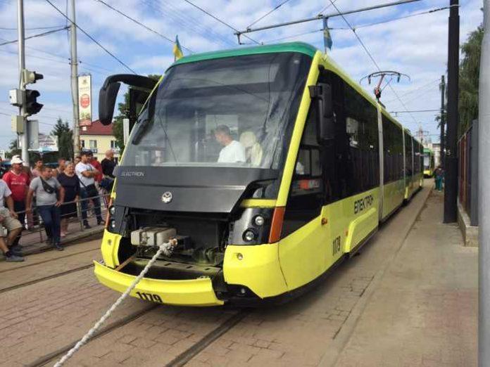 У Львові встановили новий рекорд із перетягування трамваїв Концерну «Електрон». Фото Четверта студія