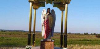 У Смерекові встановили 2,5-метрову скульптуру Архангела Михаїла