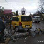 У Бориславі бус влетів у стовп. Фото: Коля Кекіс.