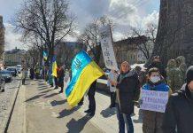 Садового і Ганущина закликають скликати позачергові сесії через капітуляцію у Мінську. Фото: Демократична сокира.