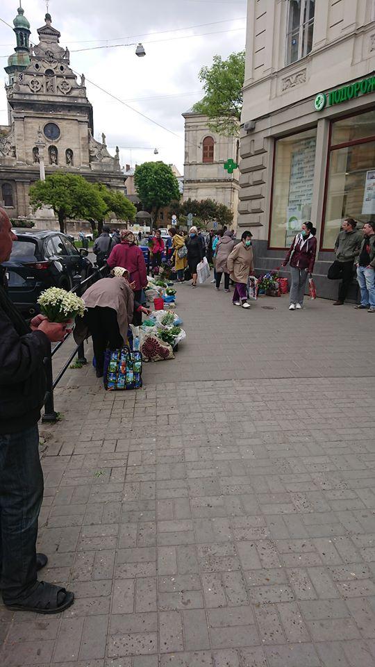 У Львові попри карантин відновилась стихійна торгівля. Фото: Гаряча лінія міста Львова.